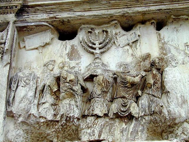 Сначала триумфальная арка была украшена квадригой, управляемой самим императором. Кроме того, ее декорировали греческими орденами и другим орнаментом, который был популярен во времена Римской империи.
