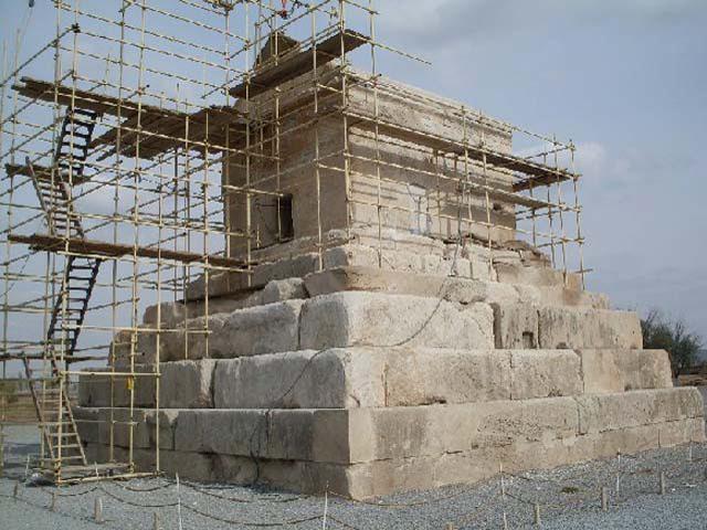 Крыша ее остроконечная и наклонная, выложена из 5 громадных камней. По имеющимся описаниям эта усыпальница полностью соответствует той, которую искали на протяжении многих лет.