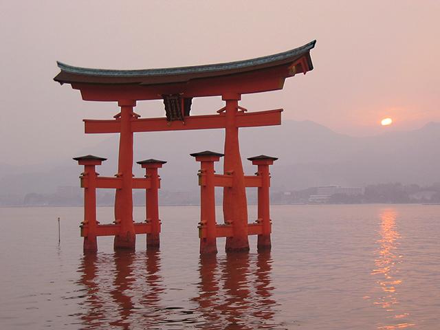 Тории представляют собой уникальные ворота в форме буквы П. Сколько всего таких ворот установлено в Стране восходящего солнца, подсчитать невозможно. Но самыми известными и большими являются тории в святилище Ицукусима, встающие прямо из воды.