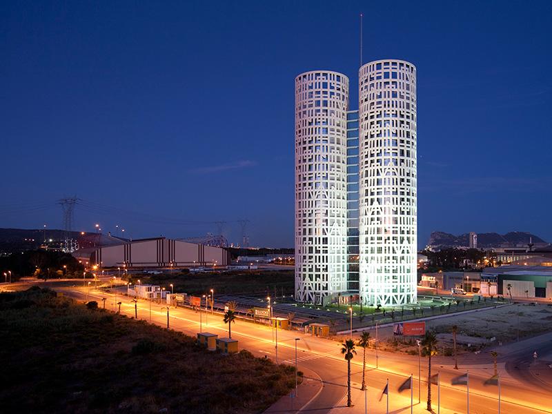 У здания есть и определенный смысл, заложенный архитекторами – встречать гостей, прибывающих в Испанию через Гибралтар. Разве не романтично? Это как бы ворота в Средиземное море. Чувствуете схожесть с Геркулесовым Столбом?
