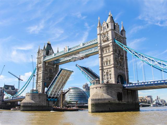 Своим появлением он обязан решению лондонского парламента, названием – Тауэру, крепости, которая находится неподалеку.