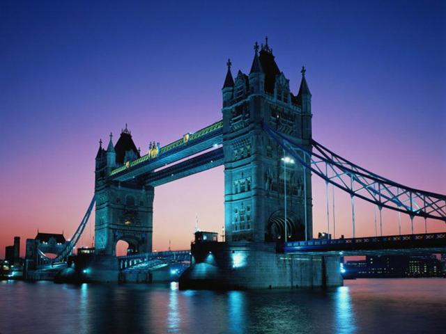 Чтобы не мешать движению пароходов по Темзе, мост сделан наполовину подвесным, наполовину подъемным