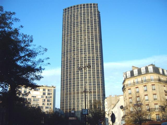 Башня стоит на месте бывшего вокзала Монпарнас, который был в период строительства модернизирован и перенесен под землю. Постройка, которая считается самым высоким небоскребом в районе, имеет высоту более двухсот метров.