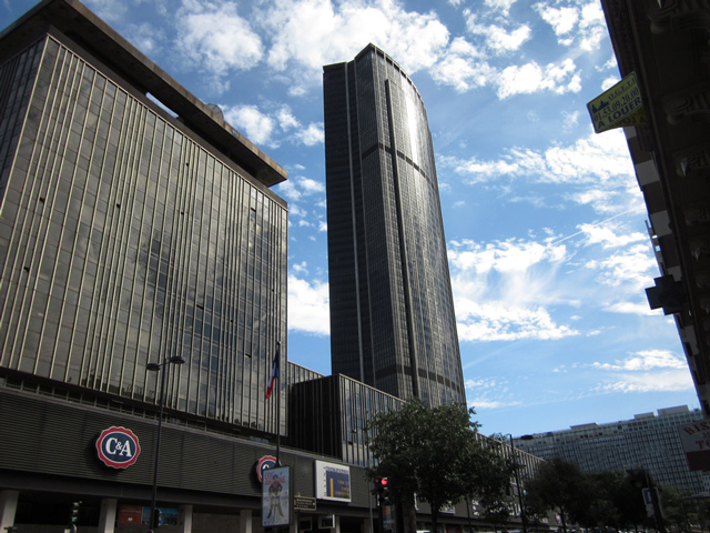 Смотровая площадка, которую ежедневно посещает огромное количество туристов, находится на 56 этаже, куда поднимается лифт.