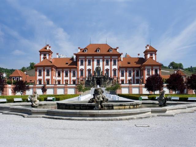 Архитектором сооружения был Жан Батист Мате. Он для своего творения позаимствовал многое от французских и итальянских дворцов. Замок выполнен в стиле барокко, что было характерно для итальянских вилл того времени. Отсюда и произошло его название – Тройский.