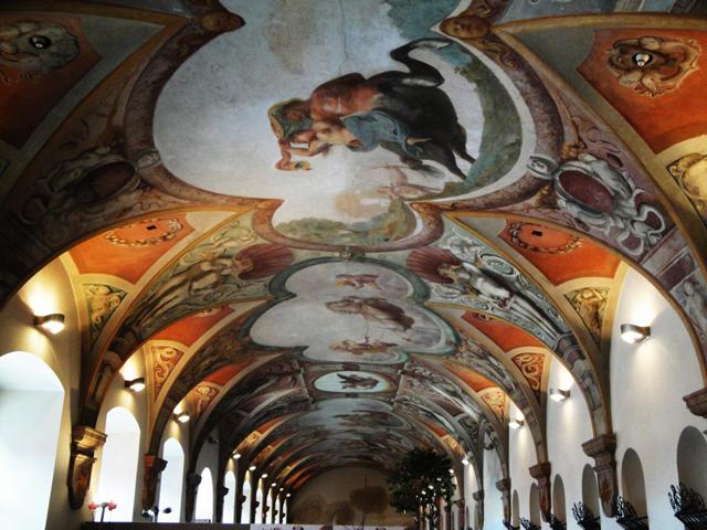 Чтобы поработать над образом и стилем замка приглашались разные талантливые мастера. Например, роспись стен в императорском зале делал Годен. Во всех деталях интерьера просматривается восхваление династии Габсбургов.