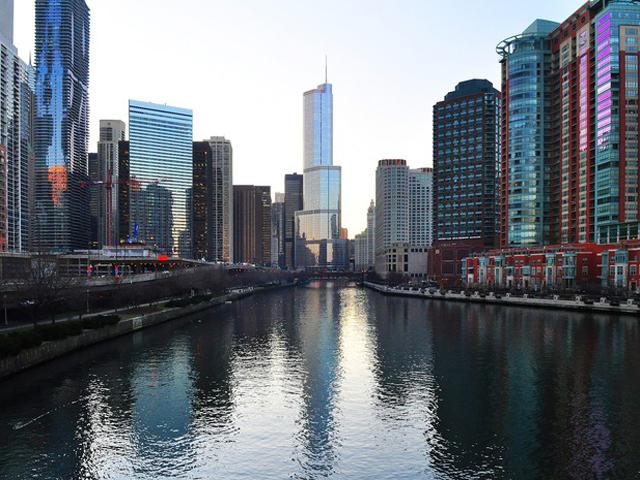 Расположилось здание в самом центре Чикаго и считается кондоминиум отелем.