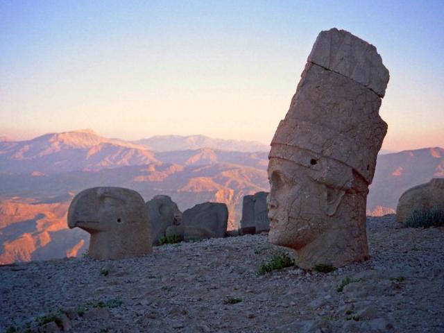 Сооружение представляет собой коническую насыпь из камней разной величины, которая со всех сторон окружена искусственными террасами. На террасе, обращенной к востоку, выбиты две ступени, на которых восседают гигантские статуи самого царя и божеств, каждая из которых подписана на двух языках – греческом и персидском.
