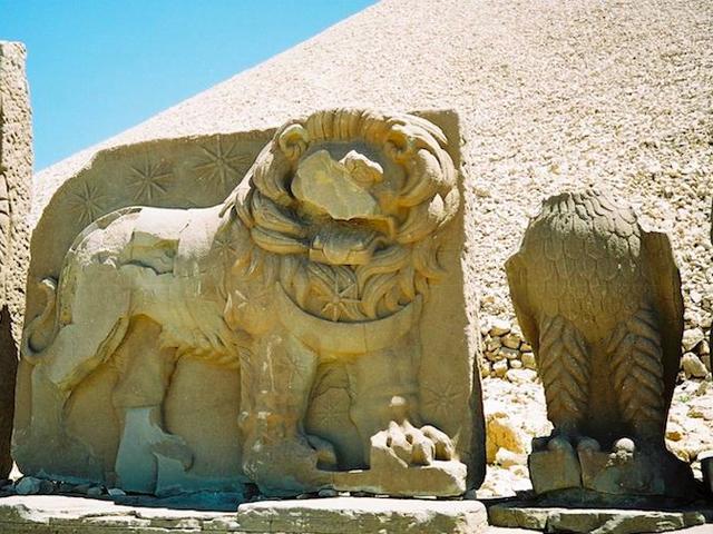На рельефах алтаря Антиоху пожимают руку Зевс, Геракл и Аполлон, и можно предположить, что римские императоры одобрили его кандидатуру на царствование. Как бы там ни было, но этот своеобразный памятник еще предстоит исследовать.