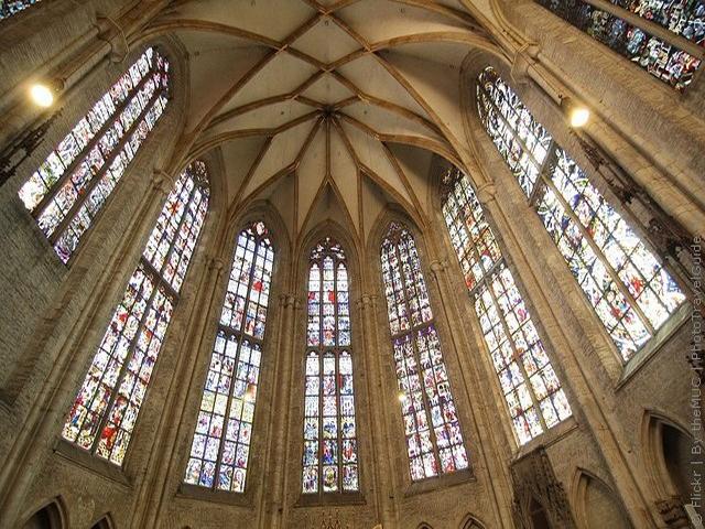 Кроме того, собор создан в стиле романтической церковной готики, которая считалась классической во время его строительства. Первые стены начали возводить еще в 1377 году, но через два столетия все работы над церковью прекратились. В то время собор имел высоту около ста метров и уже считался достаточно высоким.