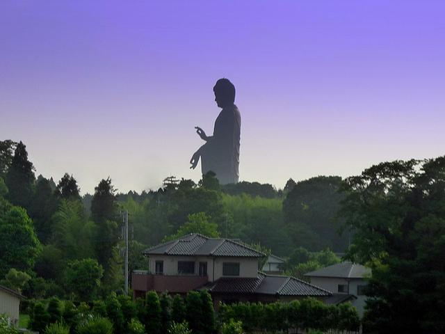 Весит Усику Дайбуцу около четырех тысяч тонн, ведь ее создавали из огромных бронзовых пластин. Место постройки статуи было выбрано не просто так, ведь именно здесь, как утверждают некоторые источники, произошло просветление Будды Амитабха.