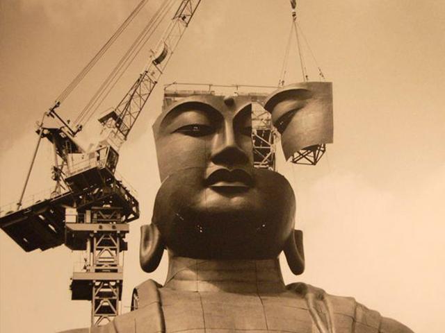 Главной особенностью Усику Дайбуцу является тот факт, что туристы могут не только посмотреть на нее, но и подняться на специальном лифте, чтобы прикоснуться руками к этой буддийской святыни. Лифт работает всего лишь до высоты в 85 метров, но даже отсюда открывается незабываемый вид на окрестности.