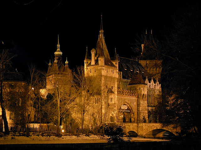 Именно замок Вайдахуняд представляет собой не просто красивое и уникальное здание, но настоящую историю жизни венгерского народа. Располагается замок в самом центре города, на месте, где когда-то были раскинуты известные болота, на которых любил охотиться венгерский король Матьяш I Хуньяди.