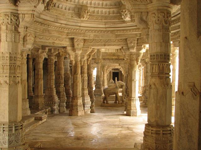 Некогда здесь была столица могущественной, обширной и богатой империи Виджаянагара – последней из индуистских империй.