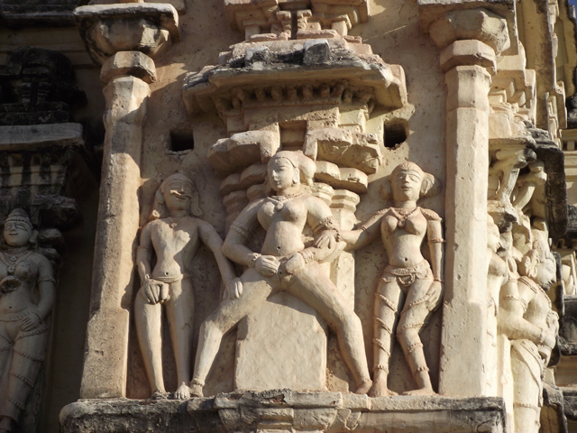 . Здесь есть святилище Ханумана, а на территории, где раньше был гарем, сохранились слоновьи загоны.