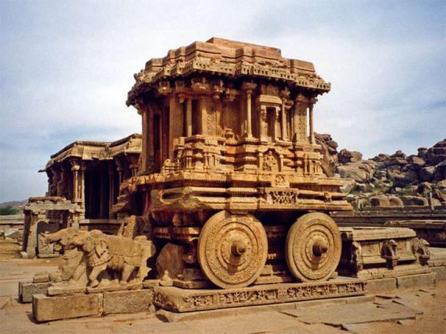 Еще один интересный экспонат – это каменная колесница огромных размеров. Сейчас ее колеса закрепили, а раньше их можно было повернуть, привлекая таким образом удачу.