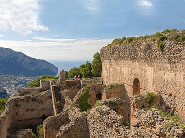 Недалеко от виллы Тиберий возвел башню огромной высоты, тревожные сигналы с которой, говорят, достигали даже Рима. Остатки этой башни с лестницей, кроме верхнего уровня, разрушенного во время землетрясения, также сохранились до наших дней.