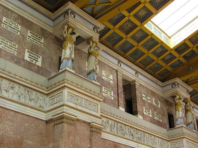Самым первым бюстом, который появился в зале славы, был бюст Коперника, а уже к 1835 году посетители могли насладиться 60 бюстами.