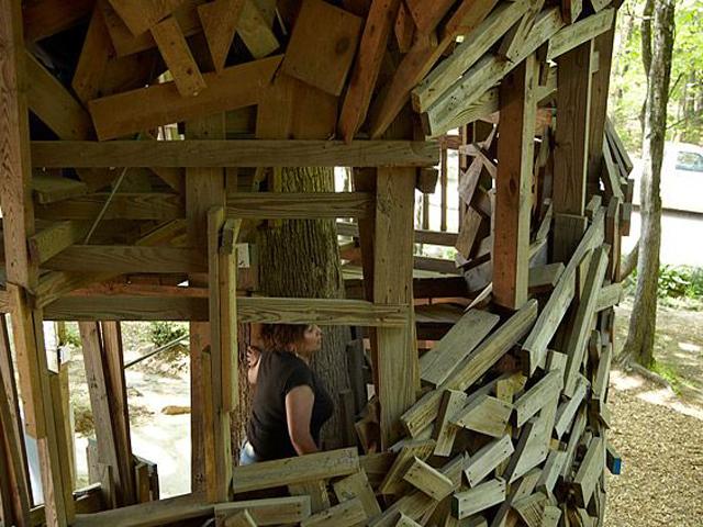 Эта самодельная десятиэтажка строилась долгих 17 лет, и автор утверждает, что не жалел сил, поскольку ему было видение, которое дало знак о начале строительства именно такого дома и о том, что в материалах не будет нужды.