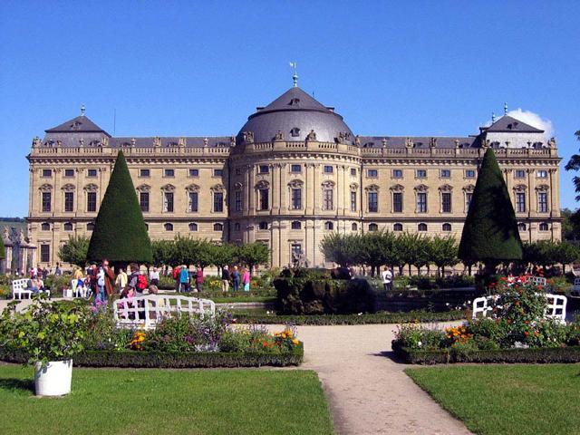 Вюрцбург – не самый большой городок, находящийся в южной Германии (Бавария), прославился на весь мир великолепным дворцом в стиле позднего барокко. Над его созданием трудились ведущие архитекторы Европы
