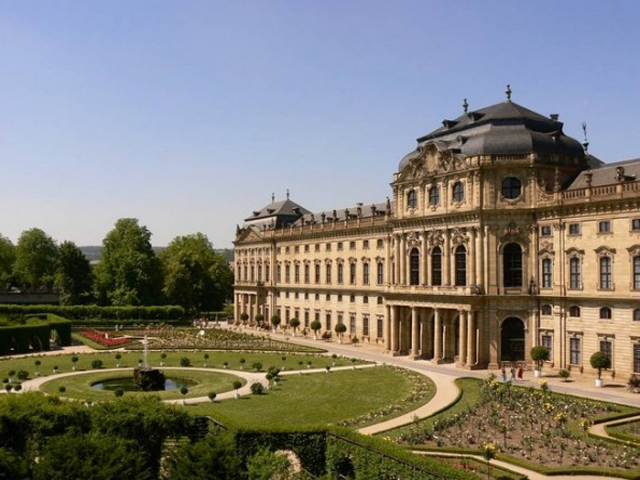 Сам Наполеон, любивший заночевать в резиденции, называл его одним из лучших.