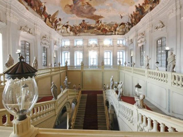 В самом центре строения – парадная лестница, настолько величественная и торжественная, что достойна выхода королевских особ.