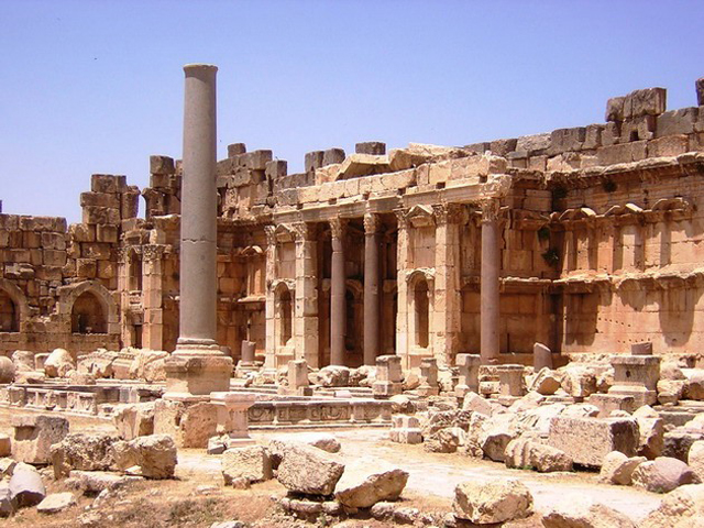 Остальные части храмовых сооружений тоже впечатляют. Высочайшие в мире колонны оставляют поразительное чувство, что строили храм не люди, а существа внеземных цивилизаций.