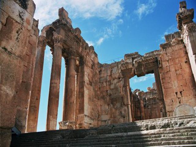 Вход в храм Баальбек идет через пропилеи, сделанные в форме квадратных портиков. Далее – Пантеон в виде шестиугольной звезды. Вокруг него высокая стена с нишами-арками. Когда-то по периметру стояла колоннада, но уцелело только несколько каменных столбов.