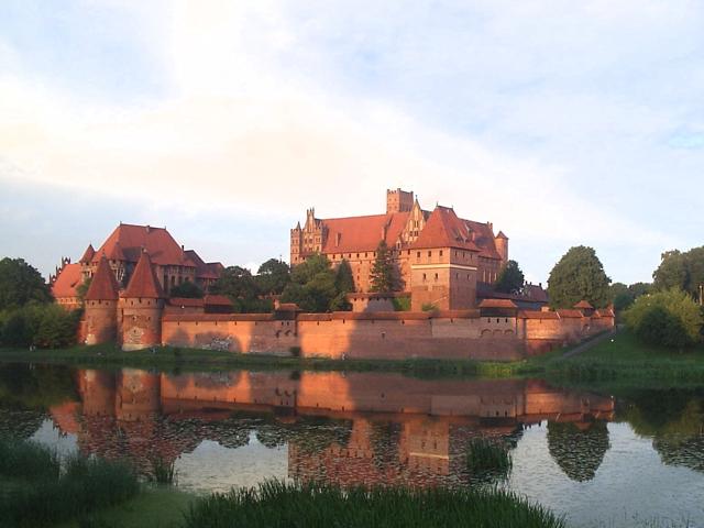 Сооружение считается классическим примером готики, но главной его особенностью является тот факт, что это самый большой кирпичный замок в мире. Мариенбург представляет собой стандартную крепость Средневековья.