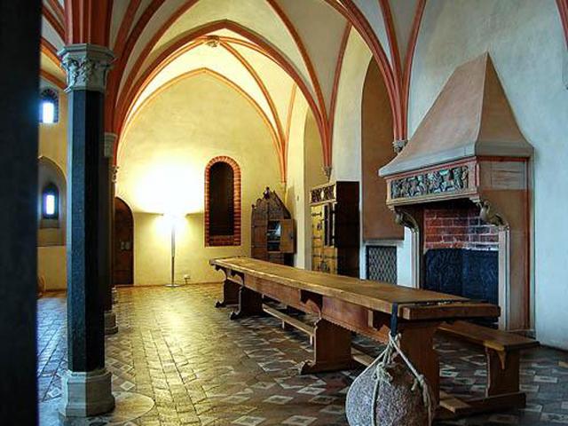 В давние времена здесь жило до трех тысяч человек. Замок стоит на прекрасной, живописной и достаточно безопасной местности, которая находится недалеко от моря. Благодаря налогам, которые взымались рыцарями с торговых суден, Мариенбург процветал.
