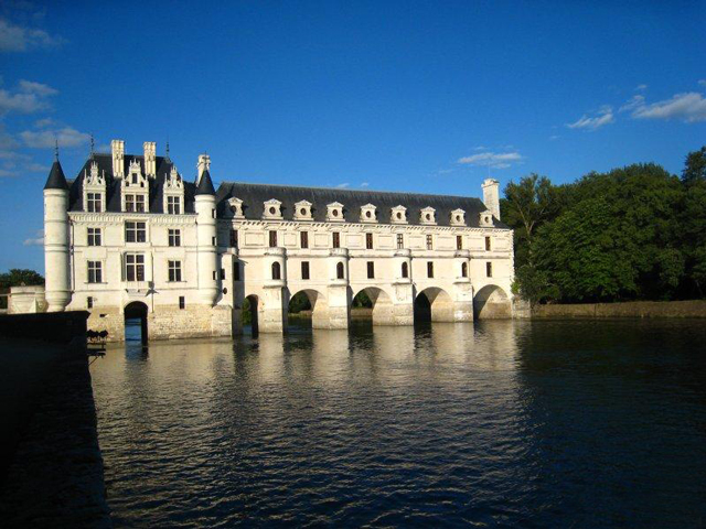 . В народе этот замок получил название Замок Дам, или по-другому Женский замок. Располагается он на островке, который искусственно создали для мельницы, и переходит в мост, состоящий из двух этажей, где размещаются жилые комнаты.