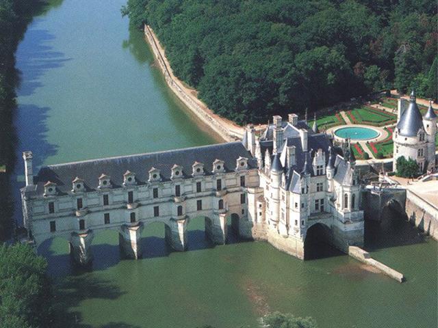 Замок Шенонсо в рукописных источниках впервые упоминается в 11 веке, хотя построен он был гораздо раньше.