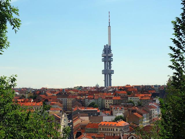 Конструкция этой башни не совсем обычна: она имеет три бетонных столба, где располагаются все передатчики, 3 смотровых площадки на разной высоте, а также кафе и ресторан.