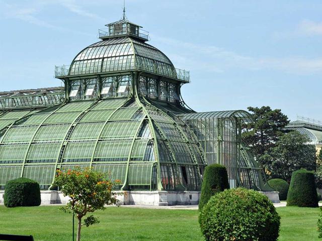 Зоопарк должен был веселить придворных и самого императора. Зоопарк окружал прекрасный павильон, где гости могли обедать и отдыхать. Обустраивали парк в соответствии с популярным тогда классическим садовым стилем.