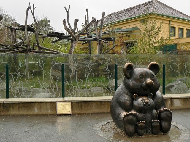 В 1779 году зоопарк открыли для всех желающих, которые могли его посетить совершенно бесплатно. Конечно, на сегодняшний день вход платный, но увидеть всю красоту Шёнбурнна стоит ваших денег.