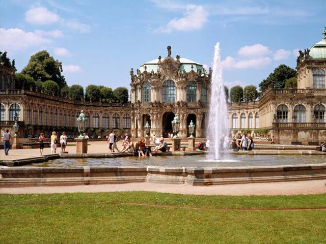 Строительство ансамбля началось при Августе Сильном в 1709 г. Размах этого проекта был таким сильным, что его закончили только через полтора столетия. Сегодняшний внешний вид Цвингер приобрел только в 1855 году.