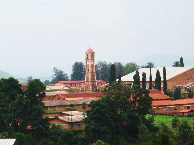 Крупные города - столица государства – Бужумбура (около 250 тыс. человек) и город Гитега. Государственный язык - рунди, французский. Так же распространен суахили.