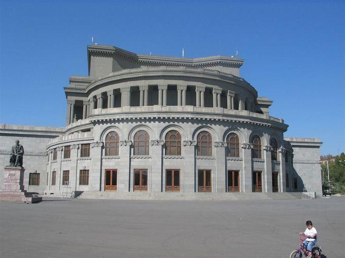 Красивейшая достопримечательность Еревана – Театр Оперы и Балета