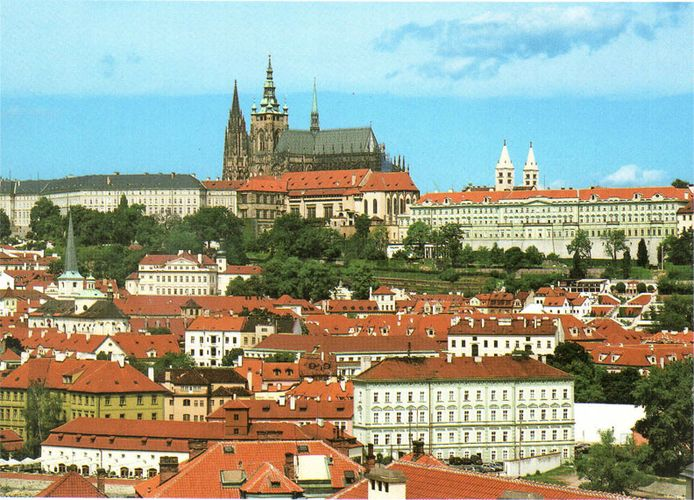 Век спустя здесь появился главный собор города - собор Святого Вита, в стенах которого проходили коронации и похороны монархов Чехии.
