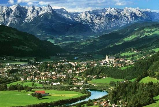 Климатические условия Австрии довольно неравномерны на всем ее протяжении. Но в общих чертах можно говорить об относительно низкой температуре в зимний период. Но при этом, среднегодовая температура остановилась на отметке в +8 градусов Цельсия.