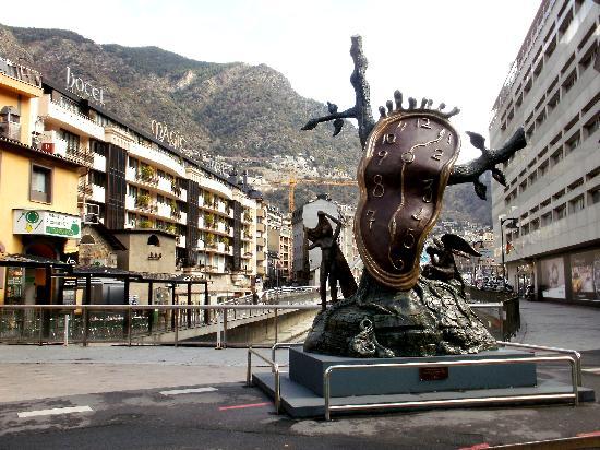 Государство Андорра находится в самом центре Пиренейских гор. А конкретнее - на юго-западе Европы.