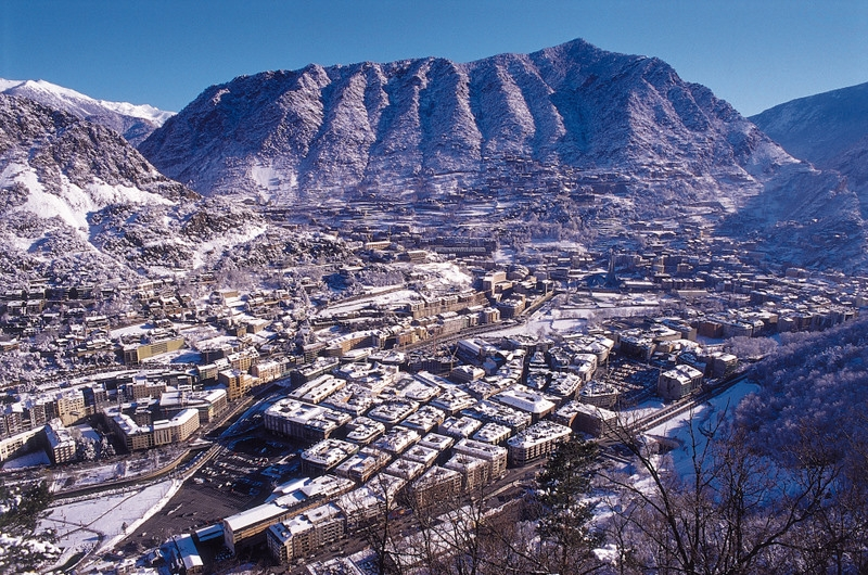 Государство Андорра находится в самом центре Пиренейских гор. А конкретнее - на юго-западе Европы. Высота самого большого пика достигает 2947 метров. Он носит название пика Кома-Педроса.