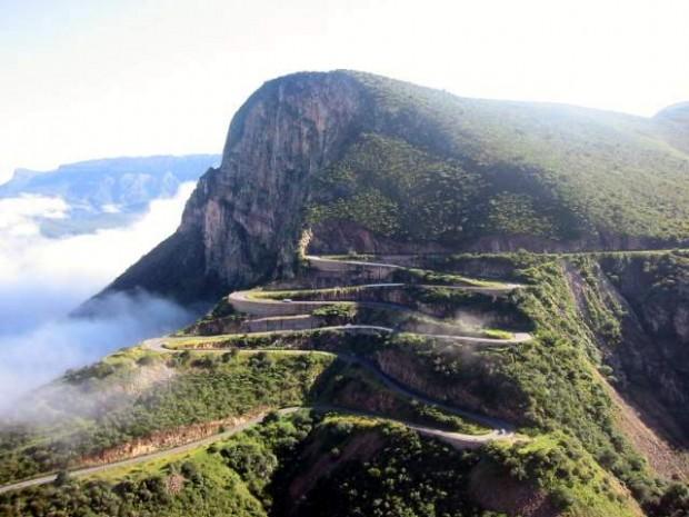 Большая часть территории Ангорской республики – плоскогорье. Условно Анголу можно поделить на три природные зоны, расположенные с запада на восток. Северный регион представлен в виде прибрежной равнины шириной от 50 до 150 км.