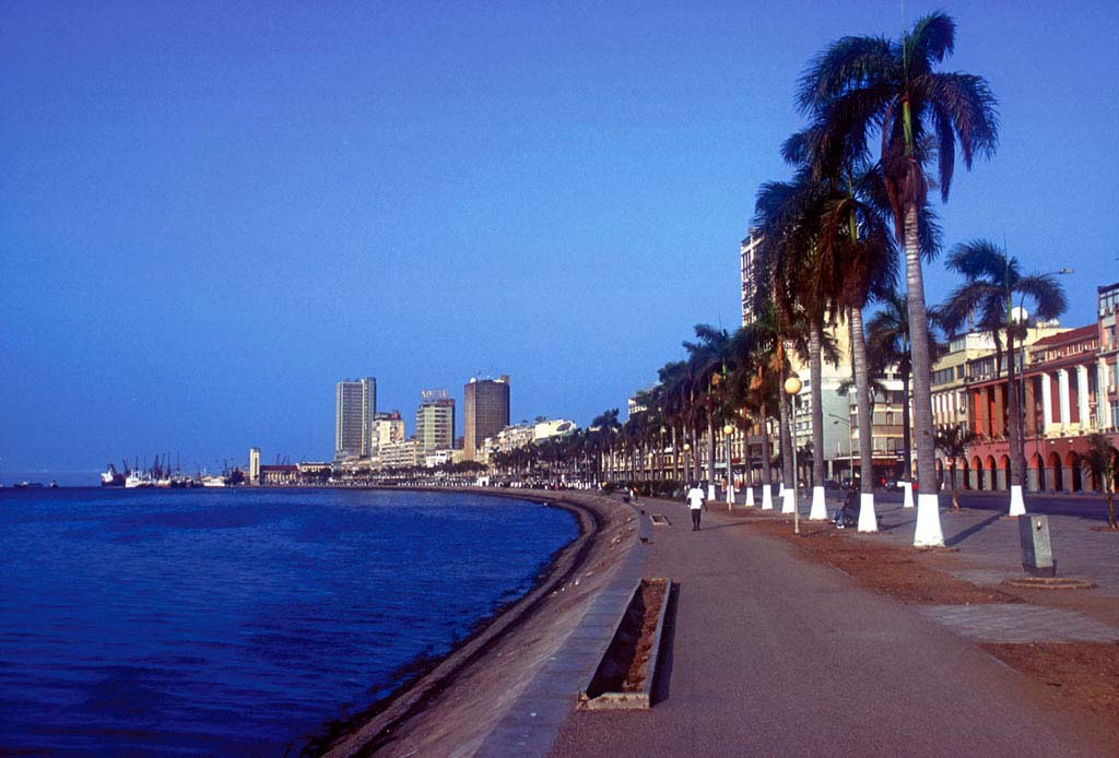 Столицей Анголы является город Луанда, который насчитывает более 1,200 млн жителей. К крупным городам также относятся: Уамбо (203 тыс. чел.), Бенгела (155 тыс. чел.), Лобиту (150 тыс. чел.), Намиб (125,4 тыс. чел.). Примерно 32% людей живут в городах. По административно-территориальному признаку страна поделена на 18 провинций, состоящих из 163 муниципальных районов.