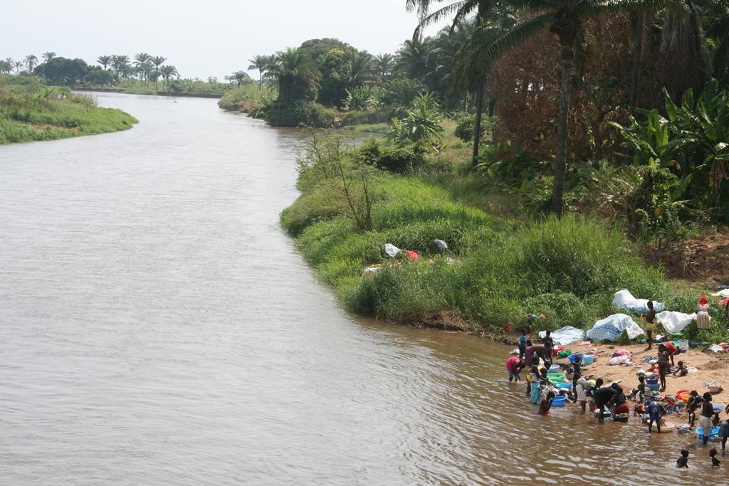 Многие реки Анголы берут свое начало прямо в горах. Несмотря на то, что крупных озер в Ангольской республике нет, но есть неплохая речная сеть. Правда, реки по большей части осложнены водопадами и порогами. Уровень воды в них колеблется круглогодично.  В Атлантический океан впадают такие крупные реки, как Кванза и Кунене. Куанго вливается в реку Конго. В трясину Окаванго впадают две реки Кбанго и Куан.