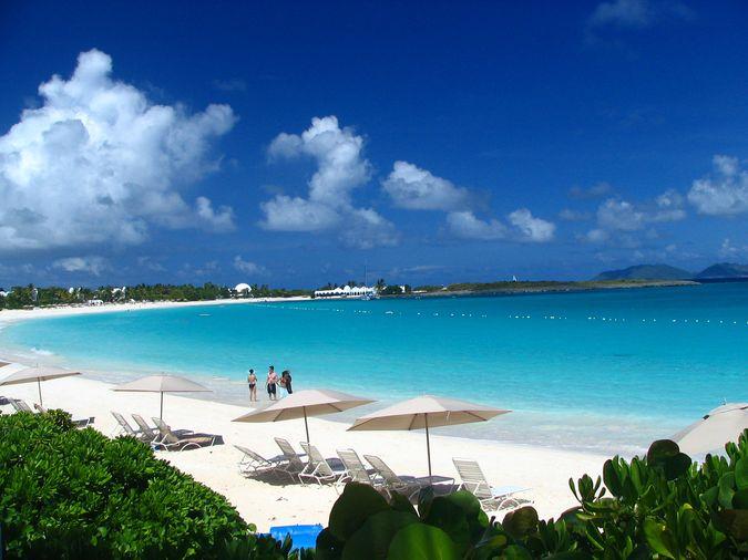 Омываемое теплыми, ласковыми волнами Карибского моря, в Вест-Индии расположено удивительное по красоте владение Британской Короны (в настоящее время самоуправляемое) - Ангилья. Территориально оно находится на острове Ангуилла и острове Сомбреро, что входят в состав Малых Антильских Островов (на севере). Занимаемая площадь  весьма небольшая - порядка сотни квадратных километров.