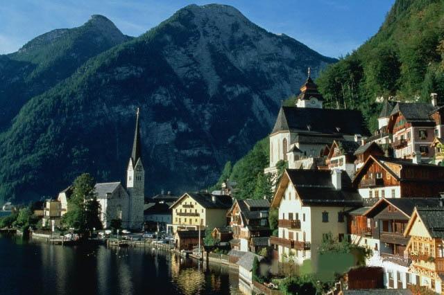 На западе страна соседствует с Лихтенштейном, Швейцарией и Германией, а с южной стороны соединяется со Словенией.