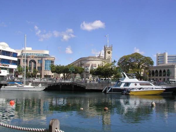 Официальным главой  острова Барбадос является монарх Соединенного Королевства Елизавета Вторая, полномочия которой осуществляются с помощью генерал-губернатора. Правительство острова возглавляется премьер-министром. Национальной валютой является барбадосский доллар.