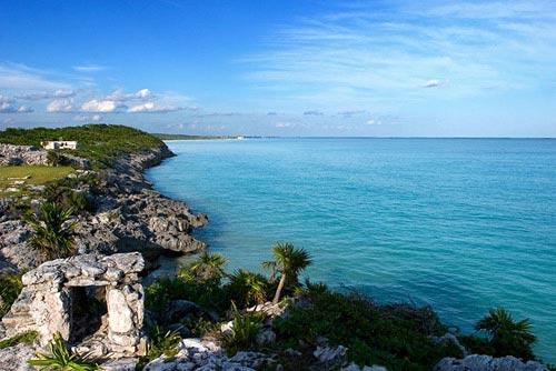 Изначально Белиз был частью страны индейцев Майя. В те времена (примерно первое тысячелетие до нашей эры) на этих землях жило около полумиллиона человек. Первыми европейцами, появившимися здесь в шестнадцатом веке, были испанцы.