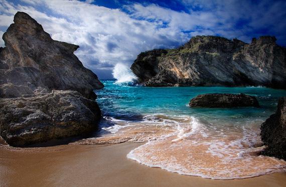 Территориально Бермудские острова расположены вблизи Северной Америки (на северо-западе Атлантики). Количество жителей составляет порядка шестидесяти двух тысяч человек.